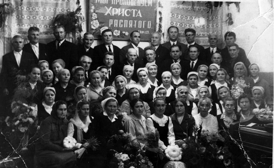 Хористы и служители  Омской церкви на праздник жатвы  1975 г.