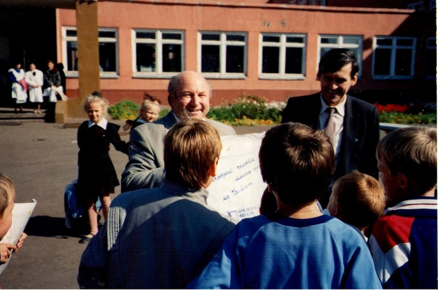 Иван Яковлевич Паульс и Сипко ЮК во дворе школы в г. Омске с духовной литературой.