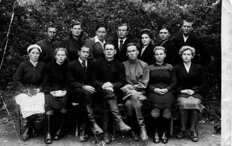 Группа братьев и сестер Тарской общины.