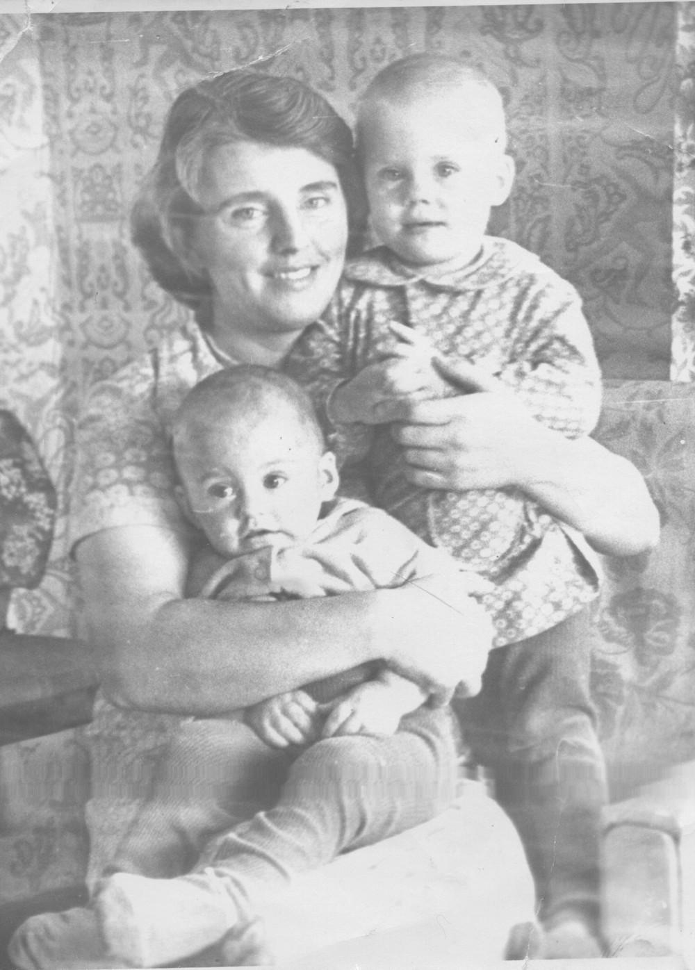 Юлия и Марина с мамой Валей.
