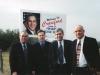 Джордж Буш пригласил  на своё ранчо в Техасе.  Но был занят, и мы сфоткались с его портретом, тем более,  что он при дороге. Колючая проволока пусть вас не смущает. Это чтобы шпионы не пробрались, всё -таки Президент США.  На ту пору он ещё в Белом Доме был.